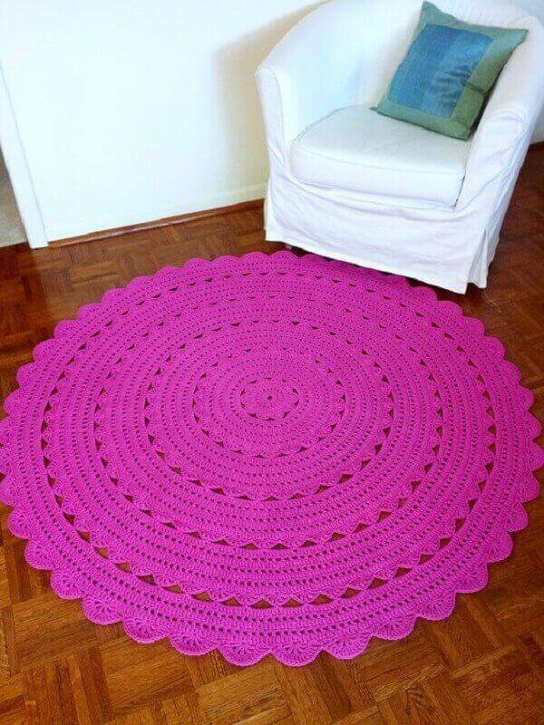 Tapete de crochê redondo na cor rosa decora ambiente pequeno