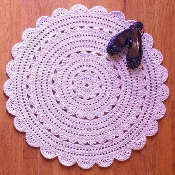 Tapete de crochê redondo na cor rosa