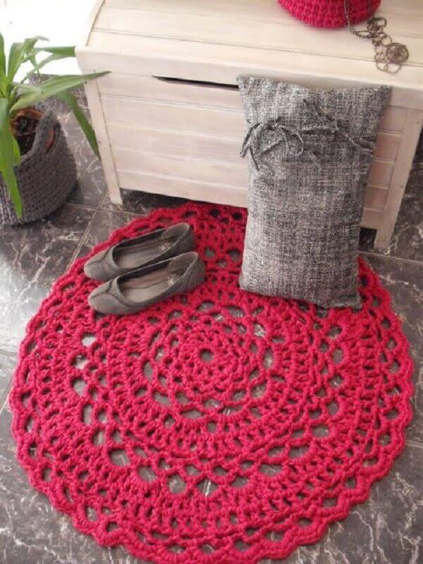 Tapete de crochê redondo vermelho na decoração
