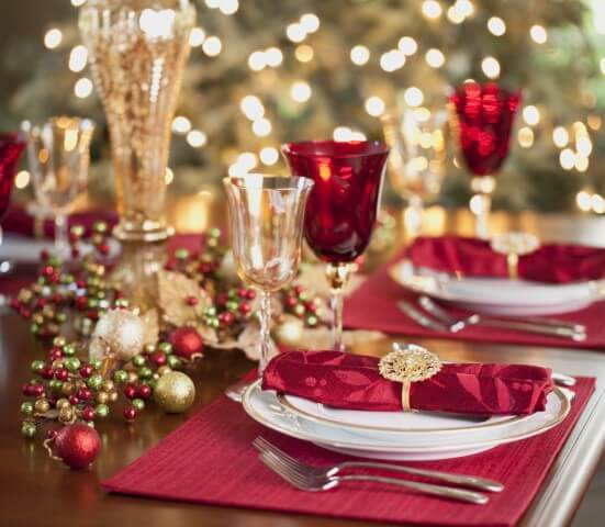 Tones of red in the American place, cloth napkin and bowls at the Christmas dinner table Photo by Splender