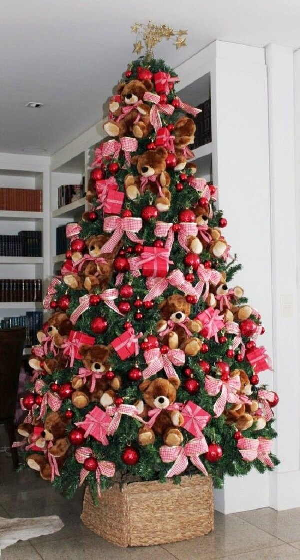 Ursinhos fofos decoram o pinheiro de natal
