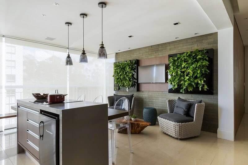Varanda gourmet ampla com jardim vertical em paineis quadrados