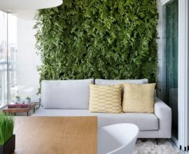 Varanda gourmet com jardim vertical atrás do sofá Projeto de GF Projetos