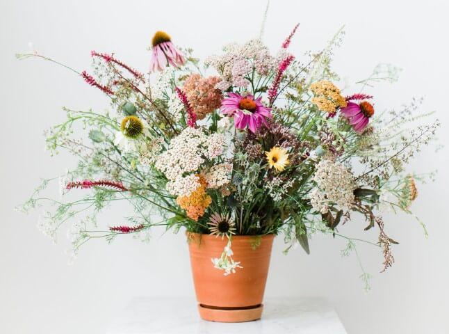 Vaso de cerâmica com flores do campo variadas Foto de Avenue Lifestyle