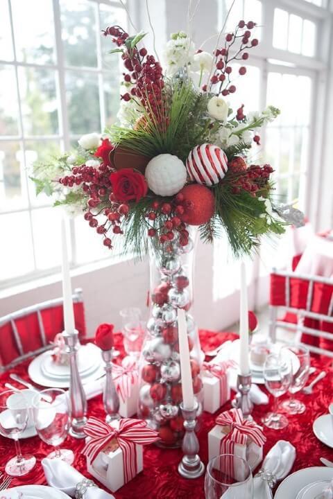 Vaso de vidro com bolas de natal e plantas em mesa de ceia de natal Foto de Pinterest