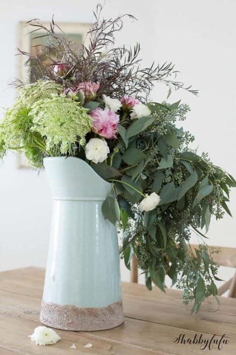 Vaso rústico com flores do campo e folhas diversas Foto de Shabbyfufu