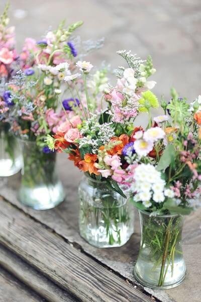 Vasos com arranjos de flores do campo Foto de Woman Delice