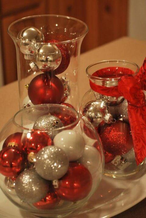 Vasos de vidro com bolas de natal como enfeites para a mesa de ceia de natal Foto de DIY Projects