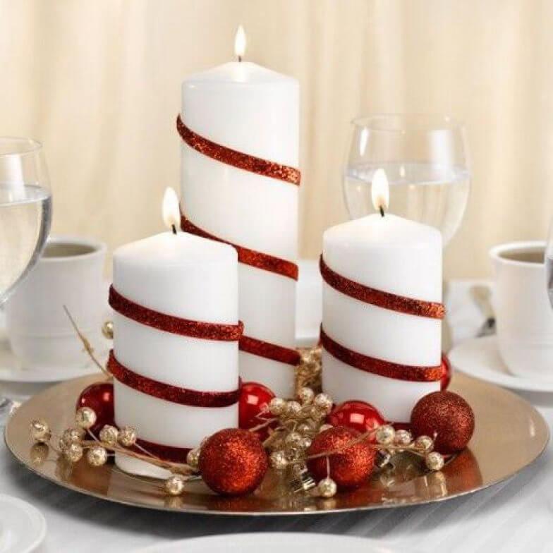 Velas brancas com detalhes vermelhos em mesa de ceia de natal Foto de HomeBNC