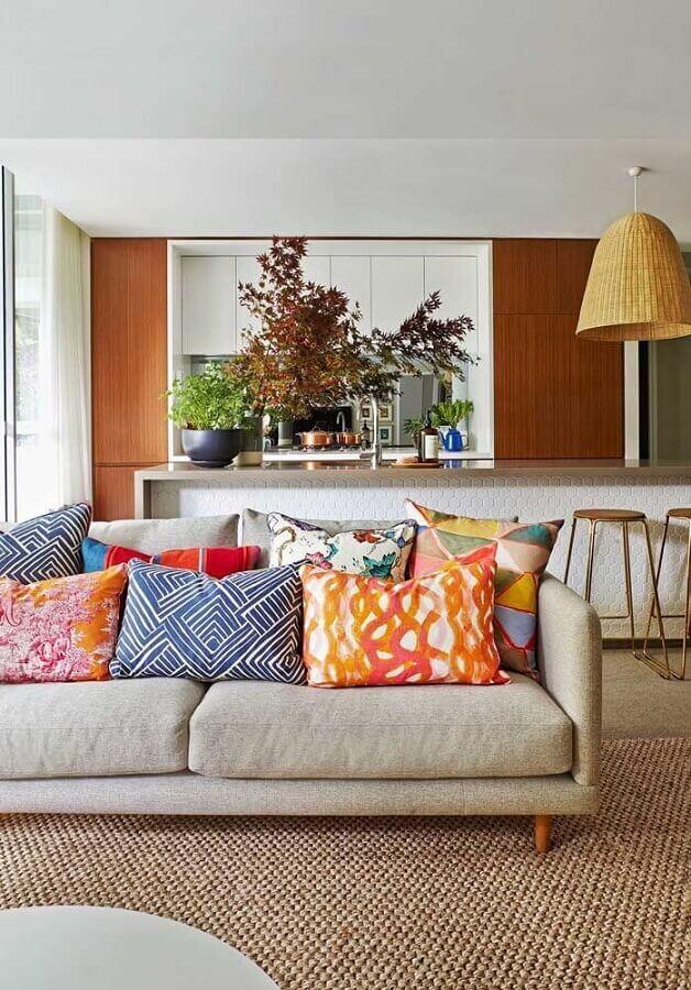 almofadas coloridas para decoração de sala com sofá de linho Foto Pinterest