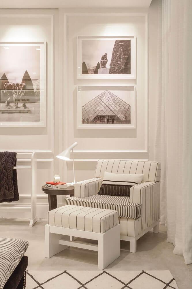 ambiente com moldura de parede e quadros Foto Pinterest
