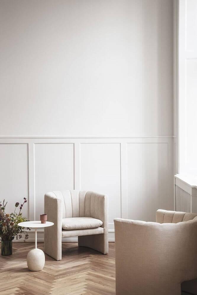 ambiente com piso de madeira e boiserie Foto Haute Living