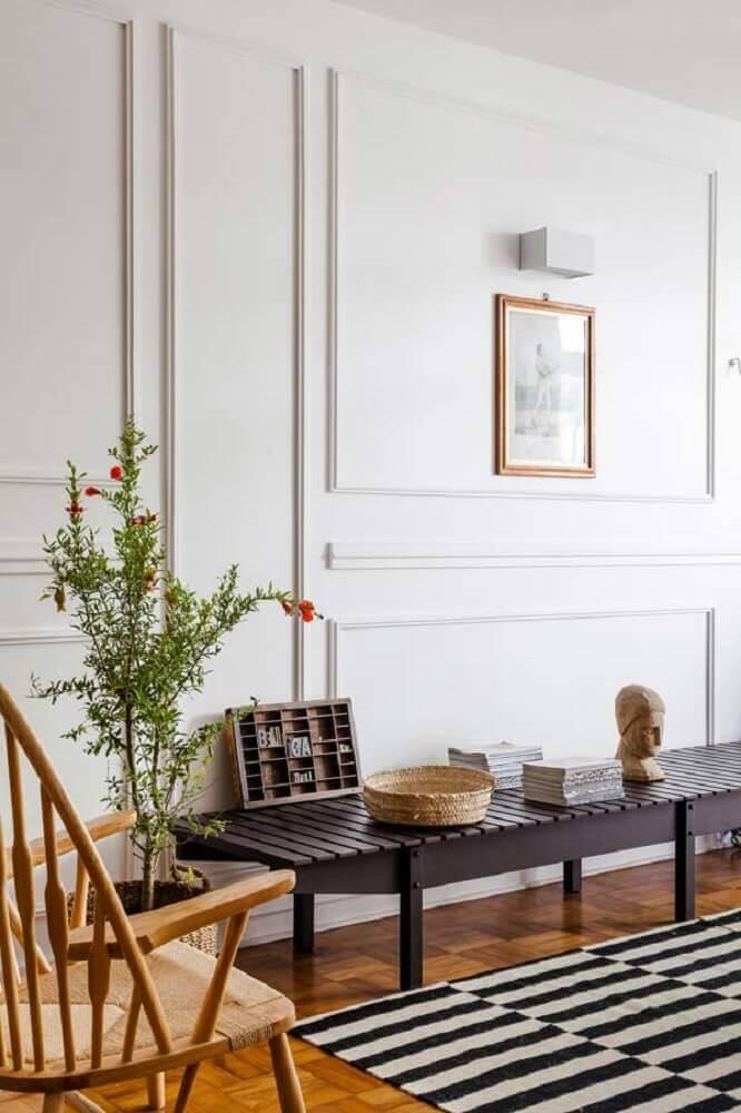 ambiente com tapete listrado preto e branco e boiserie gesso Foto The Holk