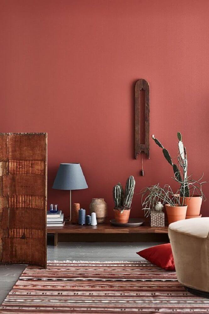 ambiente decorado com tapete listrado vasos de plantas e parede na cor damasco Pinterest