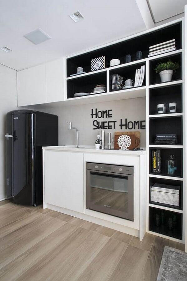 armário branco e preto para cozinha planejada pequena com piso de madeira Foto Pinterest