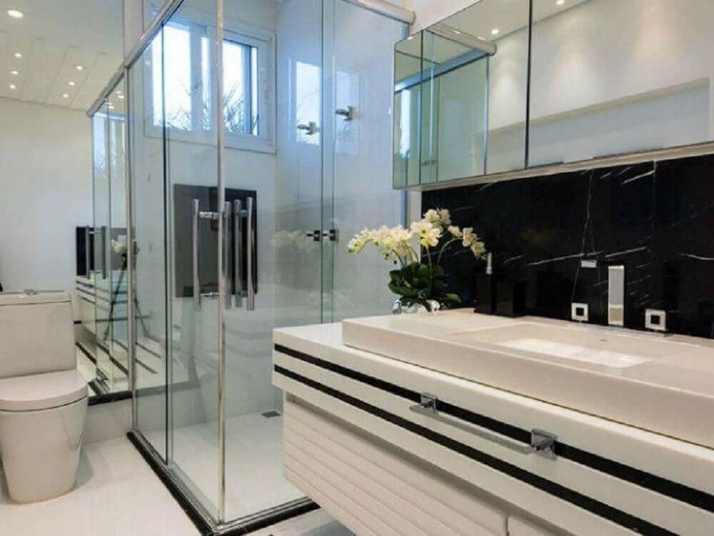 armário de banheiro planejado preto e branco Foto Iara Kílaris
