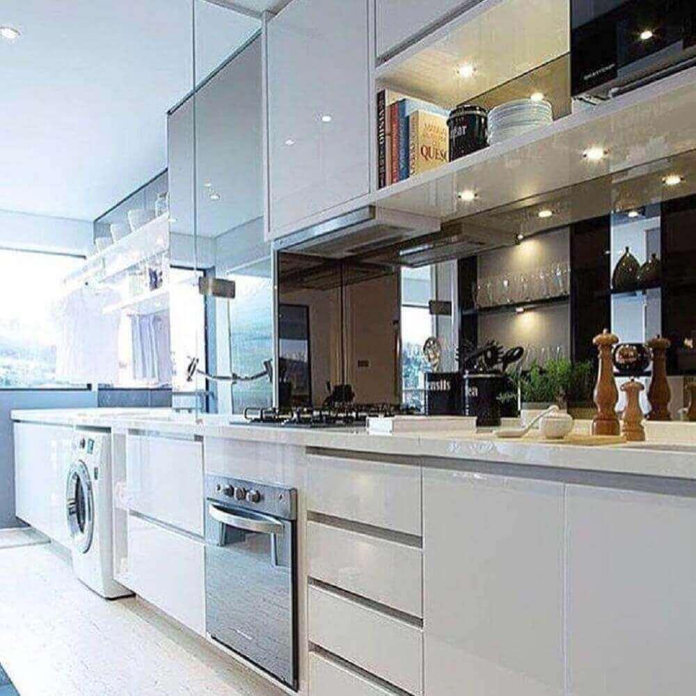 armário de cozinha com área de serviço planejado com iluminação embutida Foto Chris Silveira Arquitetura