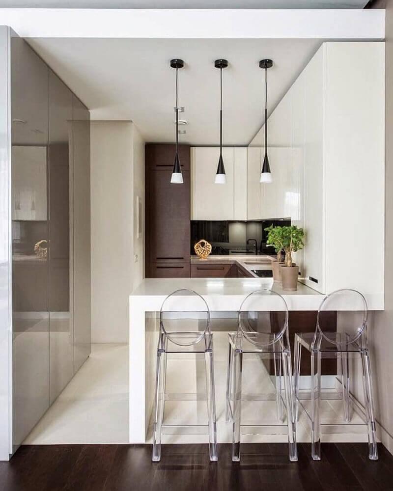 armário planejado para cozinha pequena com pendentes minimalistas e bancada branca Foto DesignMyHome