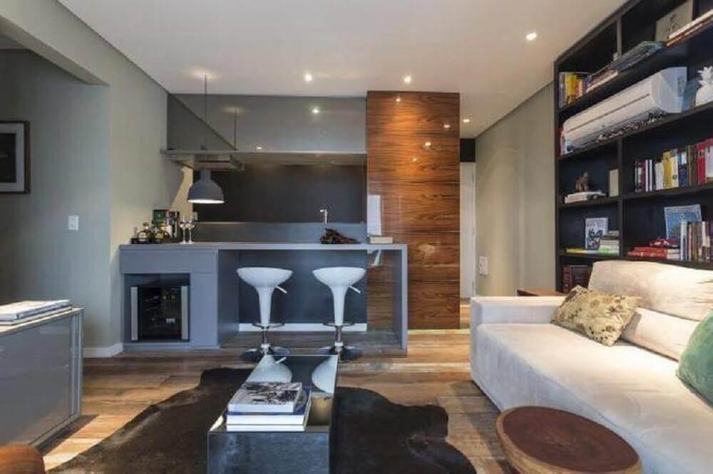 armários cinza para cozinha integrada com sala de estar com parede de nichos Foto The Holk