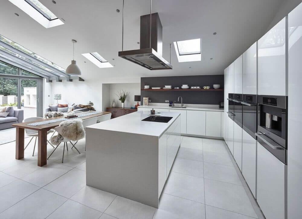 armários planejados brancos e decoração moderna para cozinha integrada com sala de jantar Foto Pinterest
