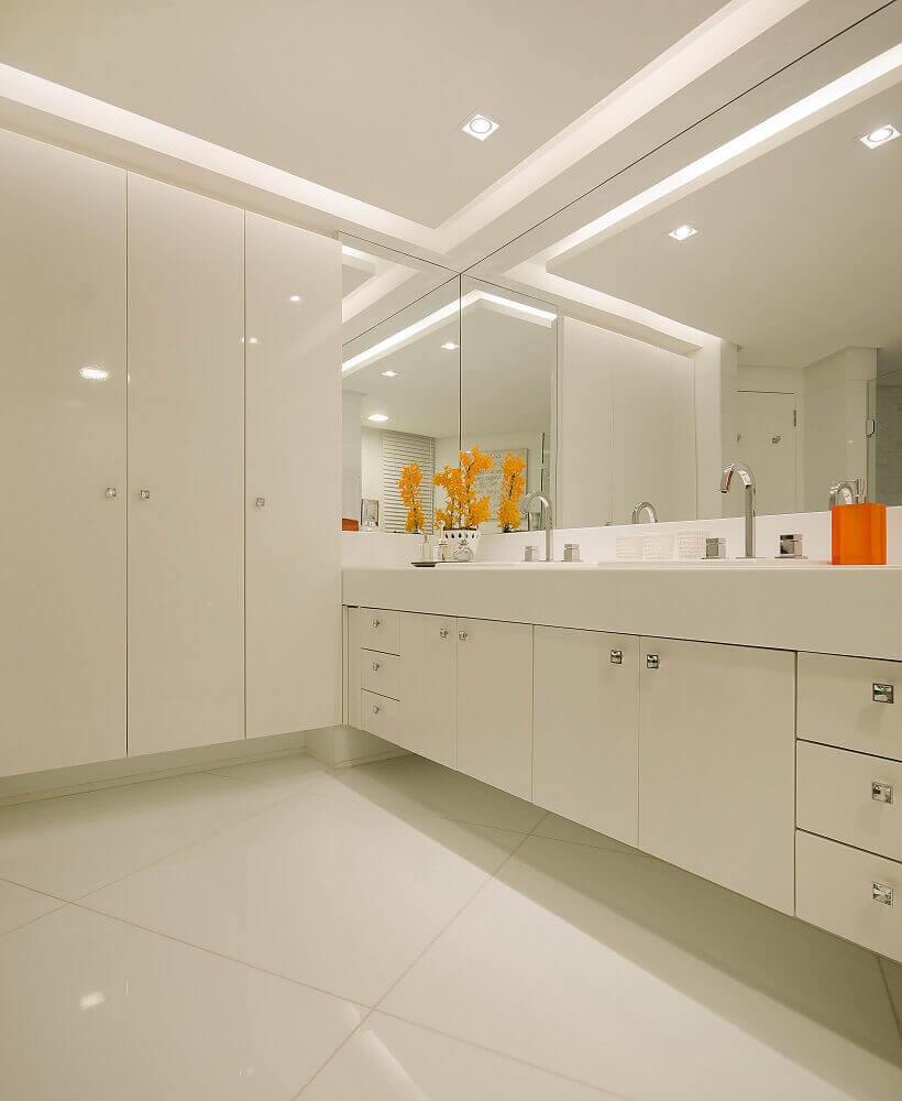 armário planejado para banheiro todo branco Foto Pinterest