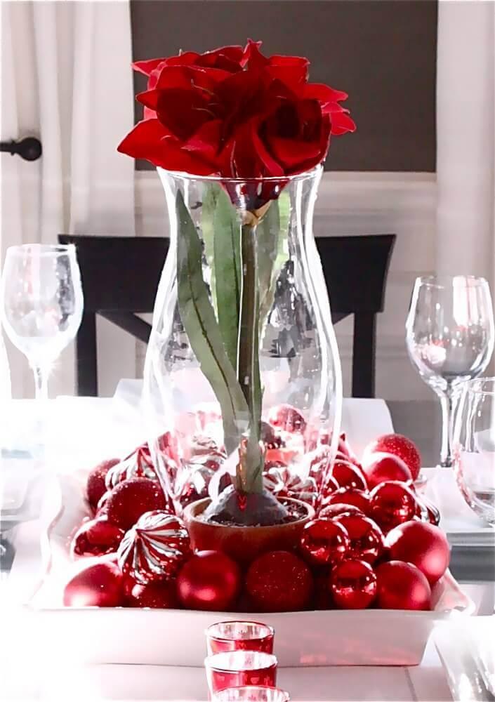 arranjo de natal feito com flores e bolas vermelhas Foto Grolie Home