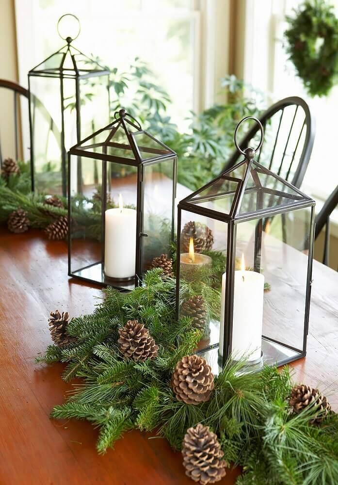 arranjo de natal feito com pinhas e lanterna decorativa Foto Decor and Dine