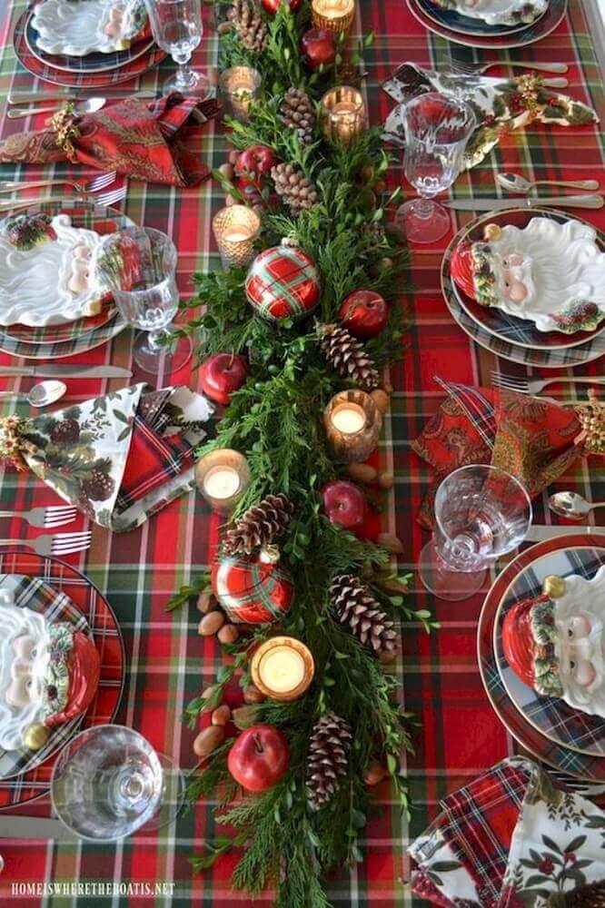 arranjo para mesa de natal com folhagens pinhas velas e toalha xadrez Foto Pinterest
