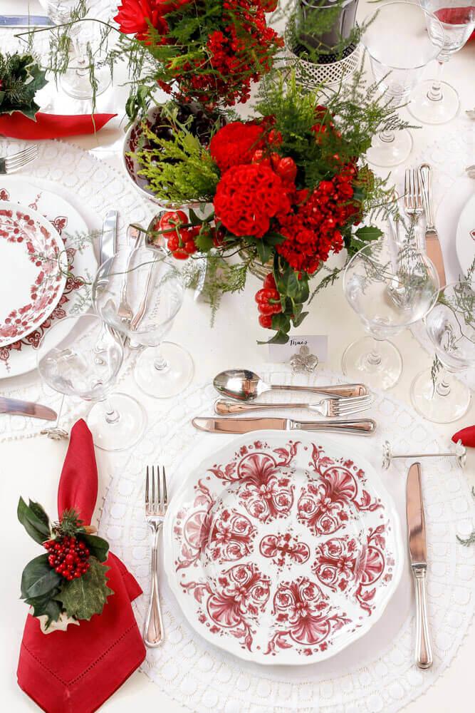 arranjos de mesa de natal decorada com plantas e flores vermelhas Foto Pinterest