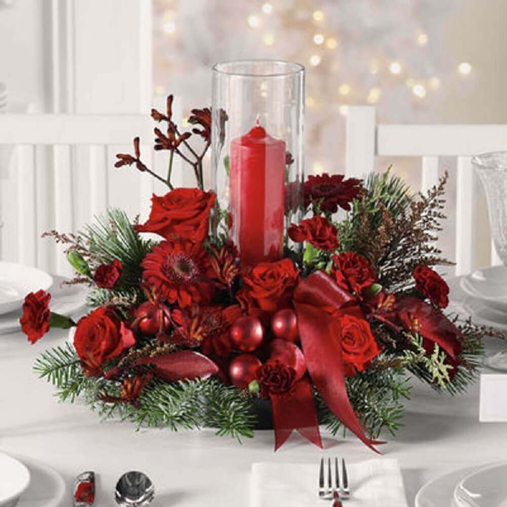 arranjos de natal com velas bolas e flores vermelhas Foto The Floral Studio