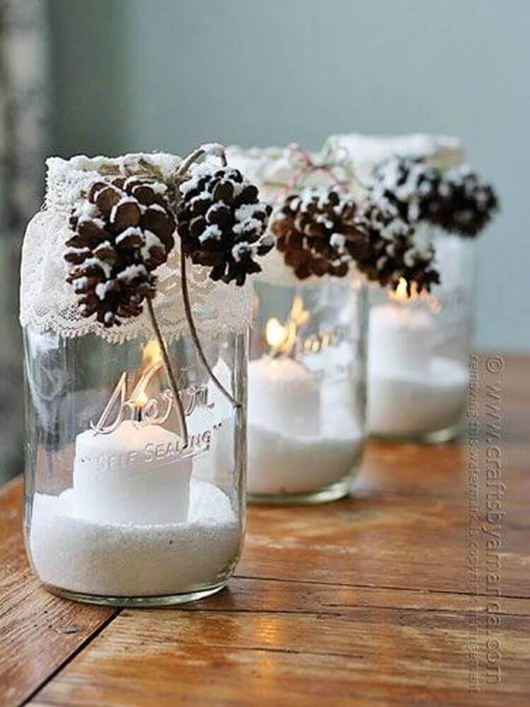 arranjos de natal com velas e pinhas Foto HandMD
