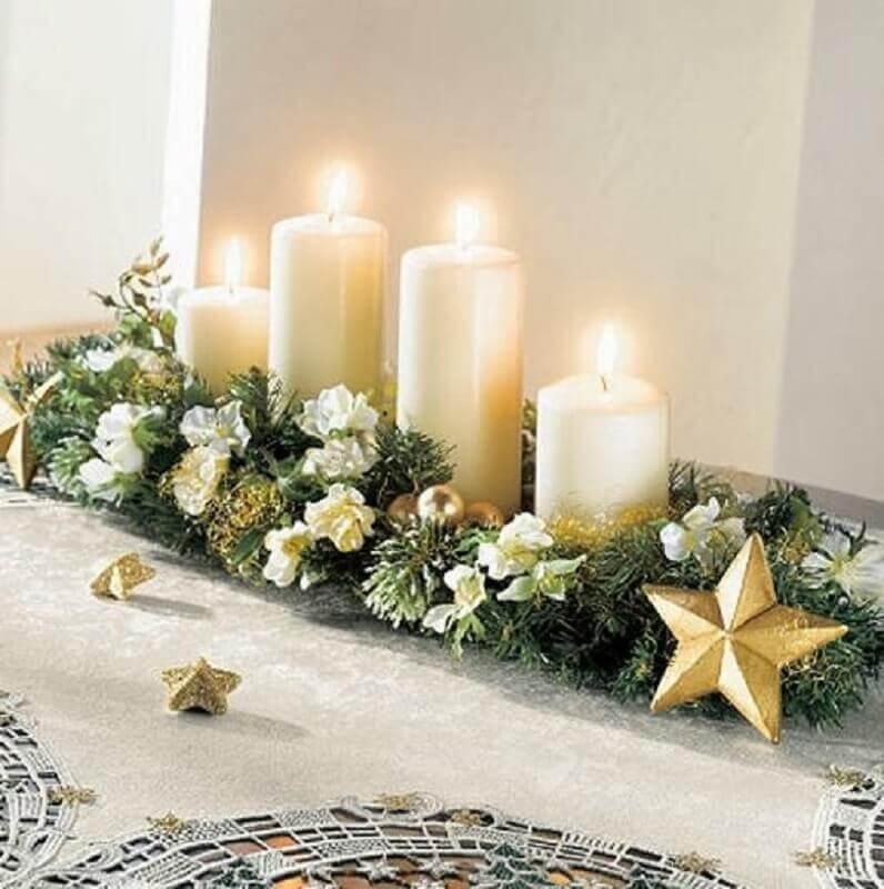 arranjos de natal com velas plantas flores e estrelas douradas Foto Events Maresme