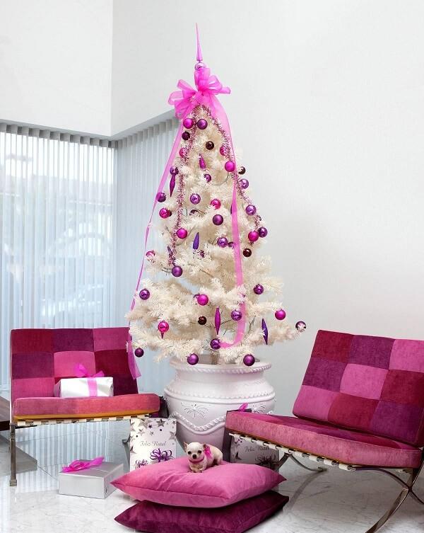 Árvore de Natal branca e rosa se harmoniza com os móveis do ambiente