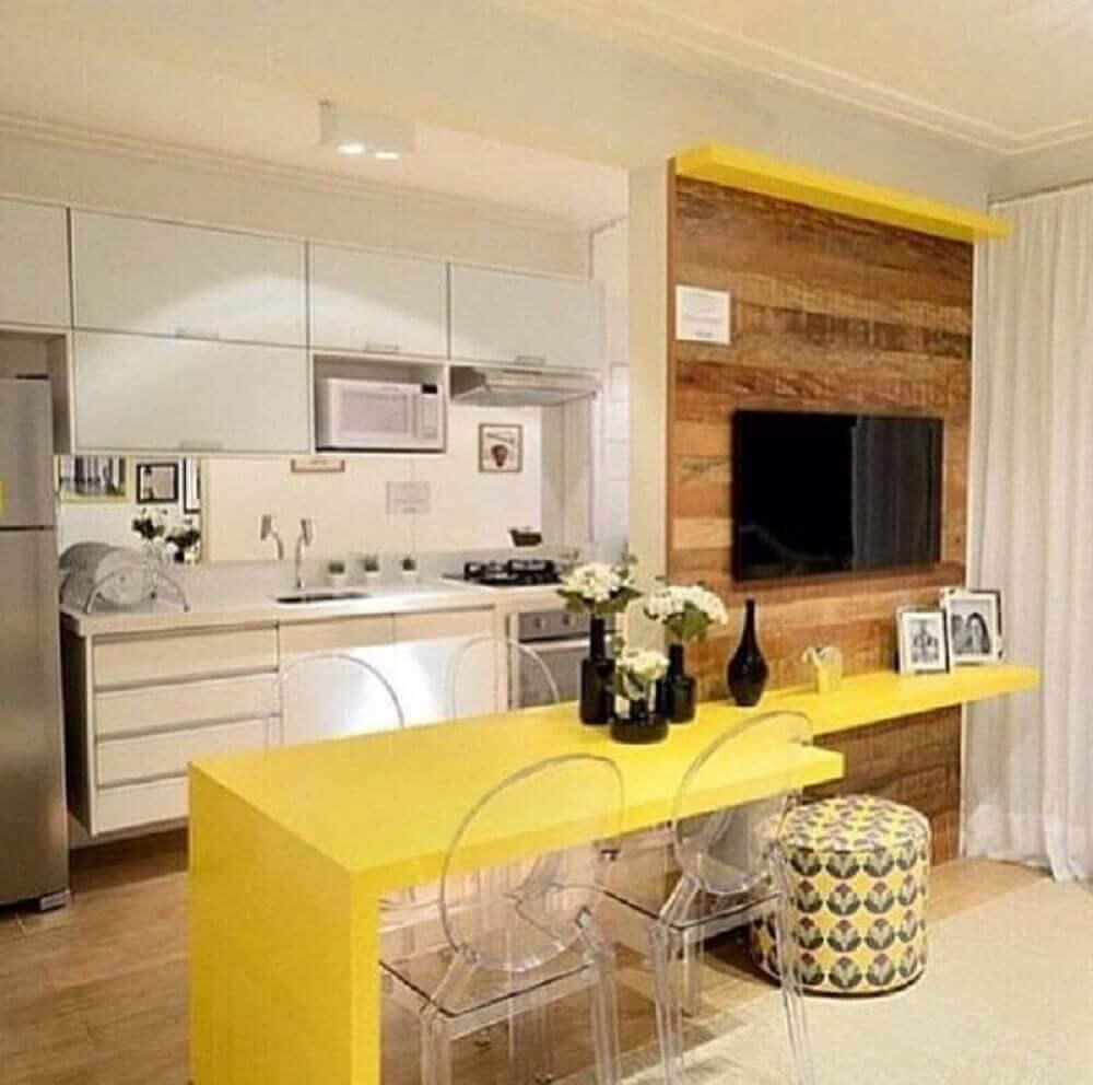 bancada amarela e painel de madeira para cozinha americana com sala integrada Foto The Holk