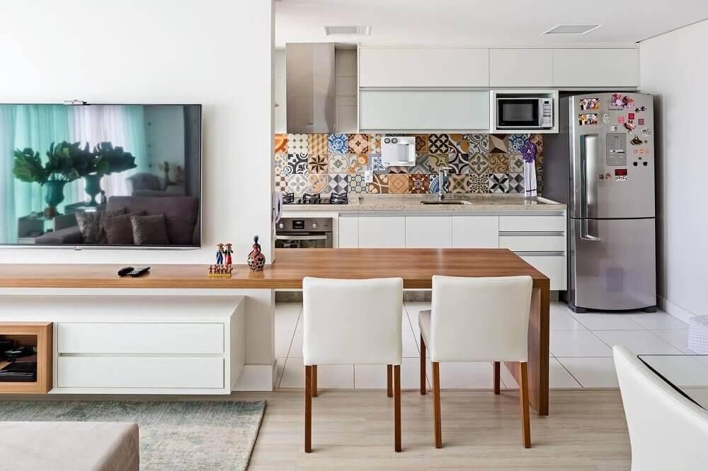 bancada de madeira e cadeiras brancas para cozinha americana com sala integrada Foto Manos a la Obra