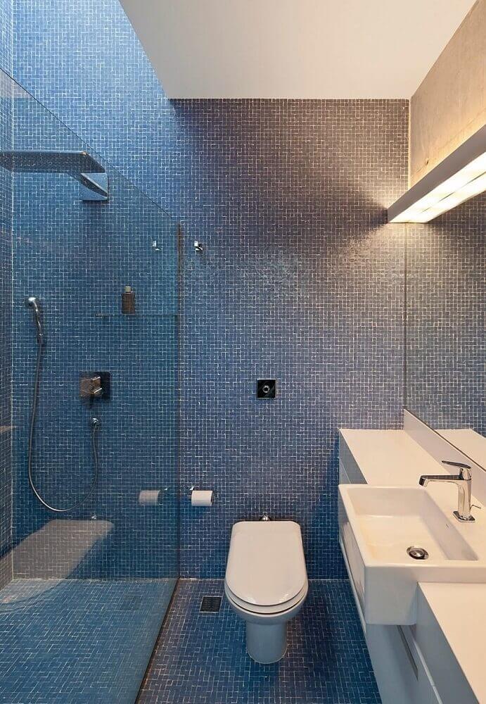 banheiro com pastilha azul nas paredes e piso Foto Pinterest