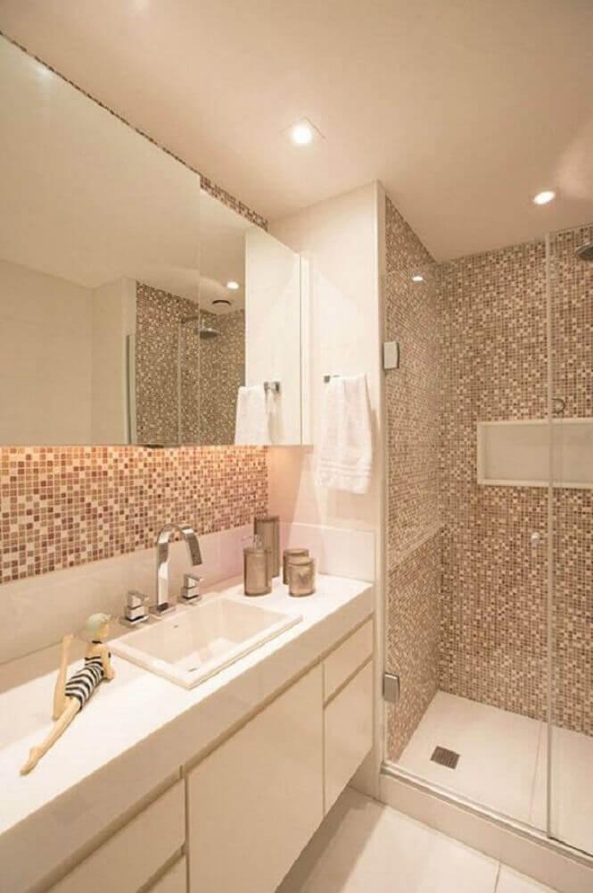 banheiro com pastilha de vidro e decoração em tons neutros Foto Hercules Bassalo