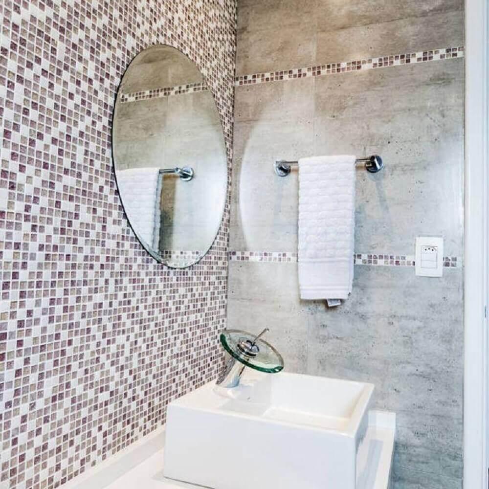 banheiro com pastilha de vidro em tons de branco e lilás Foto Tikkanen Arquitetura