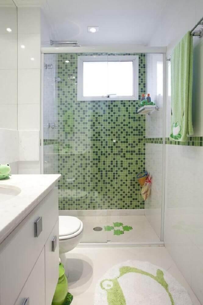 banheiro com pastilha verde dentro do box Foto Deborah Basso Arquitetura