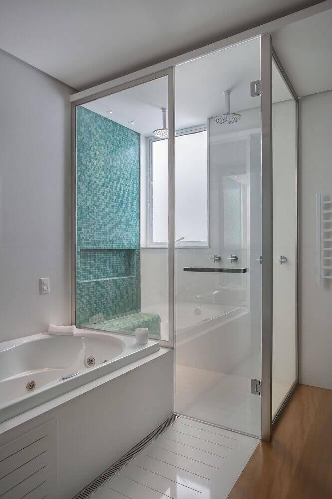 banheiro com pastilha verde dentro do box e banheira branca Foto Liusn