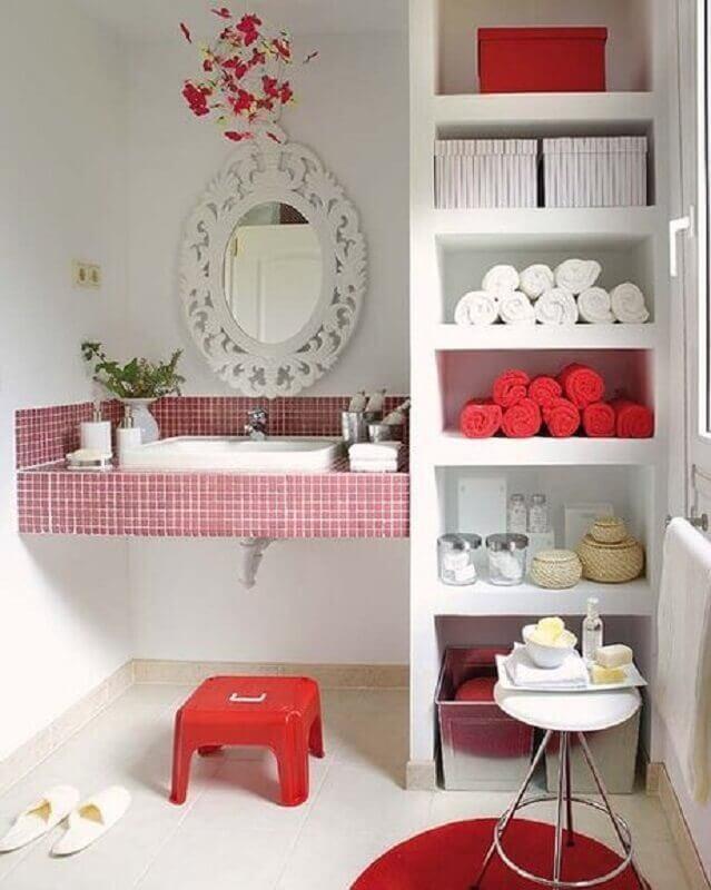 banheiro com pastilha vermelha na bancada e nichos embutidos Foto Mi Casa