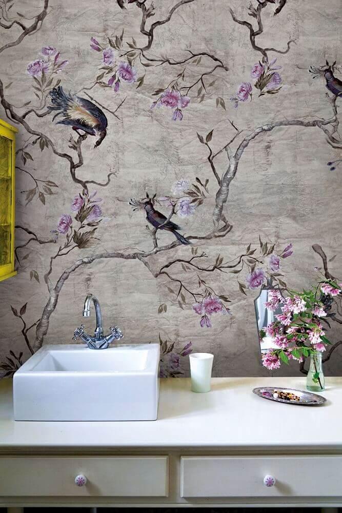 banheiro decorado com papel de parede floral Foto Jutarnji List