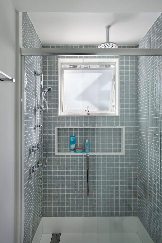 banheiro pequeno com pastilha cinza dentro do box Foto The Holk