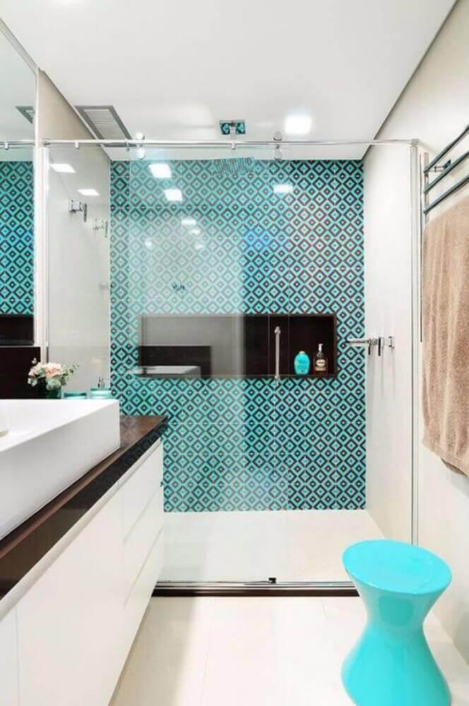 banheiro pequeno planejado com azulejo hidráulico no box Foto Wazzadu