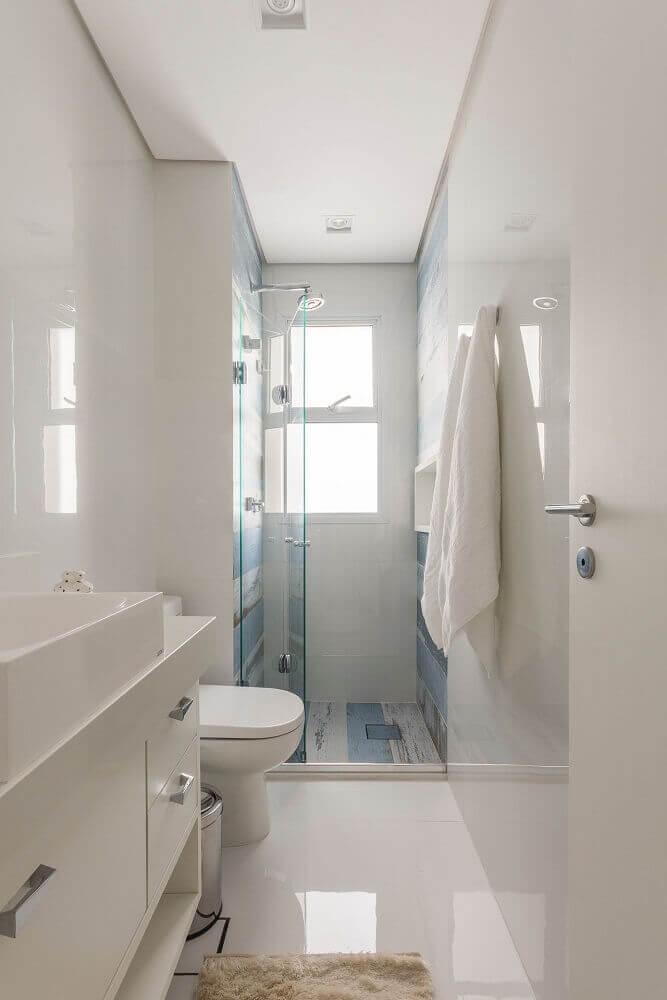 banheiro pequeno planejado com box de vidro sanfonado Foto Idealizzare Arquitetura