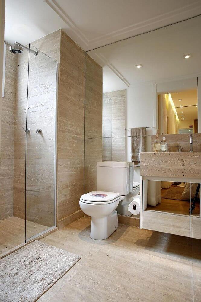 banheiro planejado com revestimento que imita madeira e armário espelhado Foto BY Arq&Design