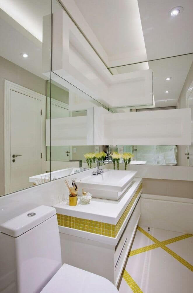 banheiro planejado moderno decorado com parede espelhada e pastilhas amarelas Foto Iara Kílaris