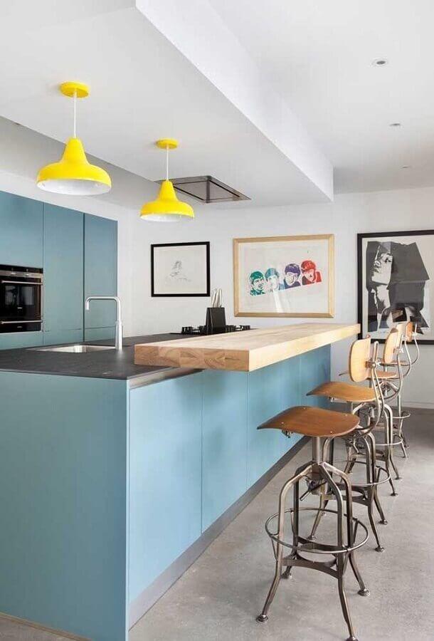 banquetas para cozinha americana azul decorada com luminária pendente amarela Foto Pinterest