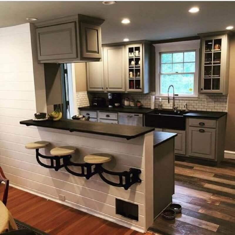 banquetas para cozinha americana instalada na parede Foto Pinterest