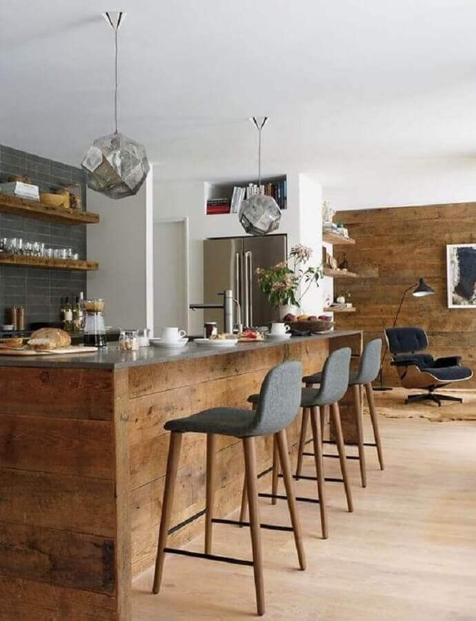 banquetas para cozinha com decoração rústica com revestimento em madeira